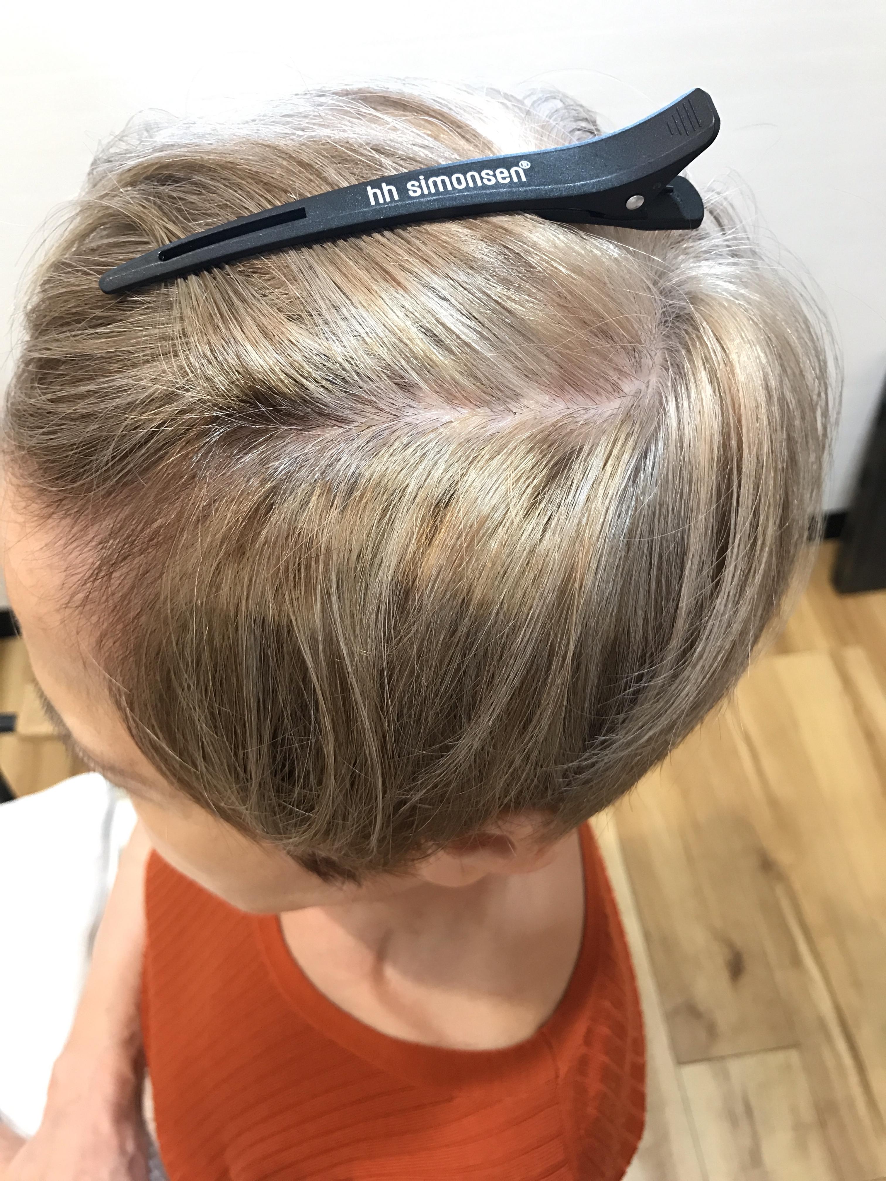 白髪染めをやめてグレーヘアにするという選択をされたお客様のご紹介