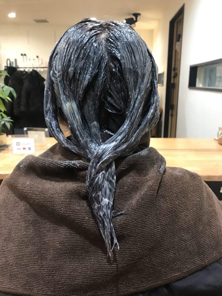 白髪染めで黒くなりすぎた髪をブリーチを使わずに補正する実例